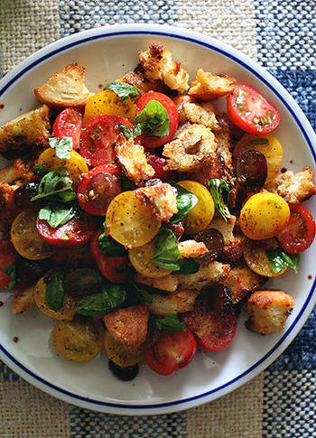 一皿でお腹いっぱいになれる「クルトンとトマトのサラダ」。バゲットにしっかり味をつけるのがポイントです。