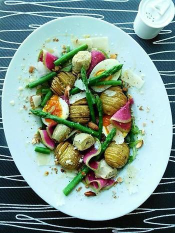スウェーデン発祥のジャガイモに切り込みを入れてカリッと焼いたハッセルバックポテトを使ったサラダは、イモ類なので腹持ちもよく、切り込みにも味が染み込みいい感じ。おもてなしにも喜ばれるサラダです。