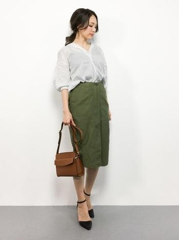 ロングシャツをブラウジングした着こなしは、ルーズになりすぎないようにするのがオフィスカジュアルの鉄則。辛口なカーキのスカートと合わせることで、ほどよくスパイスの効いた大人カジュアルコーデになります。