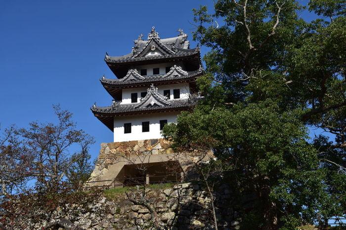 洲本には、西日本で最大級の水軍のお城と言われていた、「洲本城跡」があります。模擬天守閣としては日本最古とされる天守閣を望み、島の長い歴史を感じることができます。洲本インターチェンジより車で約20分のところにあるので、洲本温泉へ行った際にはぜひ立ち寄りたいスポットです。