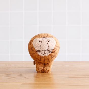 リサ・ラーソンの大好評のライオンのぬいぐるみが、ミニサイズのボールチェーン付きのキーホルダーになりました。優しく微笑んでいるような表情に癒されますね。