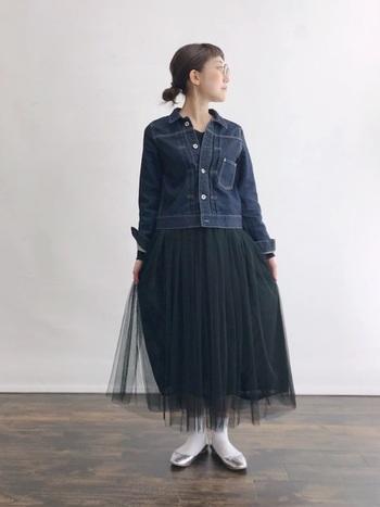 ふんわりとしたシルエットが女性らしいチュールスカートは、フェミニンになりすぎないように、デニムジャケットでコーデを辛口にシフト。シルバーのバレエシューズがアクセントとなりムードある着こなしに。