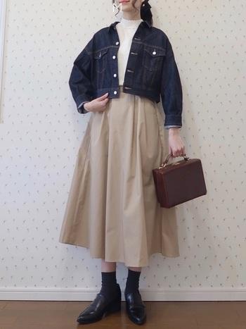 ショート丈のデニムジャケットは、ボリュームボトムスと好相性。フレアスカートと合わせればグッドバランスなスタイリングが完成します。トラッドなシューズとバッグを合わせて、クラシカルな雰囲気の着こなしに。