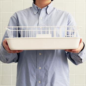 水切りカゴの下にトレイが付いているタイプは、洗い物をする時はシンクの横、乾かしたり食器を拭く時は作業台やテーブルで…と自由に移動させることができるので、置く場所を選ばないところがポイント。