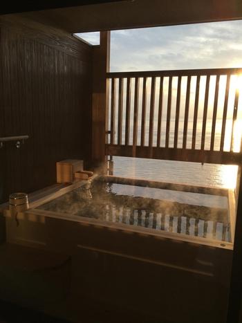 淡路島内には数々の源泉が湧き出しています。なかでも有名なのは淡路島の中心部・洲本の温泉。関西地域に住んでいる人なら1度はCMを見たことがあると思われる有名な「洲本温泉 ホテルニューアワジ」も、客室にあるお風呂からはこの絶景!癒されること間違いなしです。