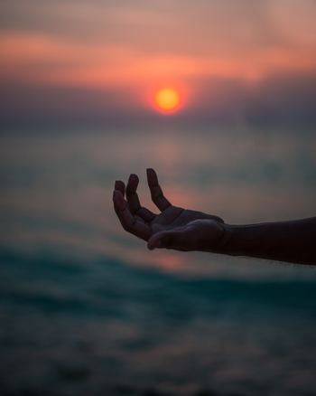 この禅語は、不安や心配ごとを生み出すのは心そのものであることを説いています。まだ見ぬ未来や、過ぎ去った過去を心がさまよっているとき、不安や心配ごとが生まれるのです。「今ここ」にどっしりと腰を据えていれば、むやみに不安を作り出すこともありません。