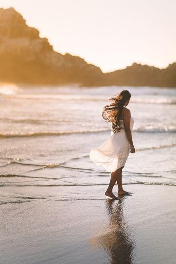 防虫剤代わりに使っていたお香の香りが、衣替えの服に移ることになぞらえ、わたしたちの心もまた同じようにお互い影響し合うことを説いたもの。人から好かれ、慕われるような美しい心をもつ人の近くに身を置けば、自然とあなたの心も美しく変わっていきます。