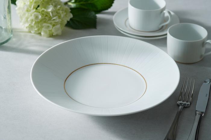 新婚家庭には、おもてなしの機会が何かと多いもの。そんなときに頼りになるのが大皿です。スタイリッシュなデザインの大皿は、なかなか使わないサイズだから持っていない夫婦も多いはず。 光によって上品にきらめく、雪のような白さが特長の『ネージュ』シリーズの大皿は、どのジャンルの料理にも使えるデザイン性が魅力です。使えば使うほど「あって良かった」と愛着が増す一枚になりそう。
