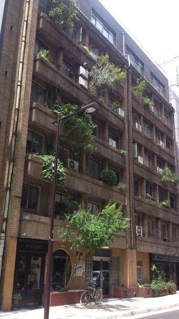 銀座一丁目の銀座中央通りからほど近い場所に位置する「奥野ビル」。1932年に竣工し、かつては「銀座アパートメント」と呼ばれる銀座屈指の高級集合住宅でした。  現在も外観・内装共に当時のまま残されている、とても貴重な建築です。