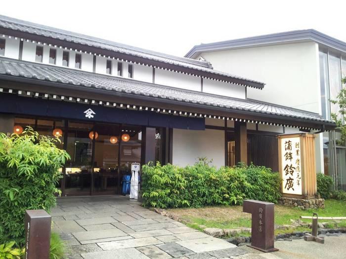 「鈴廣かまぼこの里」は、箱根登山鉄道・風祭駅からすぐのところにあるかまぼこのテーマパーク。かまぼこ、干物、菓子や雑貨などのお買い物が楽しめるほか、かまぼこについて遊びながら学べる博物館、かまぼこづくり体験ができる施設など楽しさいっぱいです。