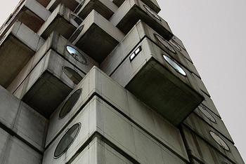 「中銀カプセルタワービル」は、黒川氏が提唱した、メタボリズム建築の代表的作品。そして、世界で初めて実用化されたカプセル型の集合住宅です。  こちらの建築も、耐久性・安全性の問題から、取り壊しに関する議論が度々なされています。