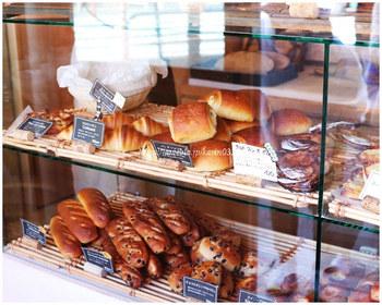1種類がちょこっとずつ並んでいるのは、なるべく焼きたてを提供したいというお店の考えからだそうです。 美味しいパンを提供するための細やかな気遣いですね。