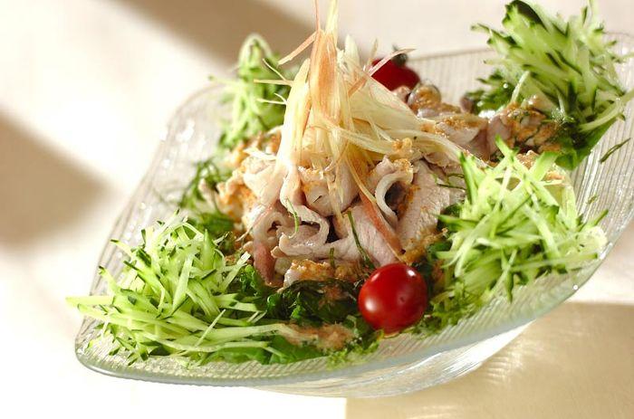 豚しゃぶだけではなくレタスもサッと湯通しすることで量もたくさん食べられるさっぱりサラダです。ミョウガや大葉の薬味も◎。