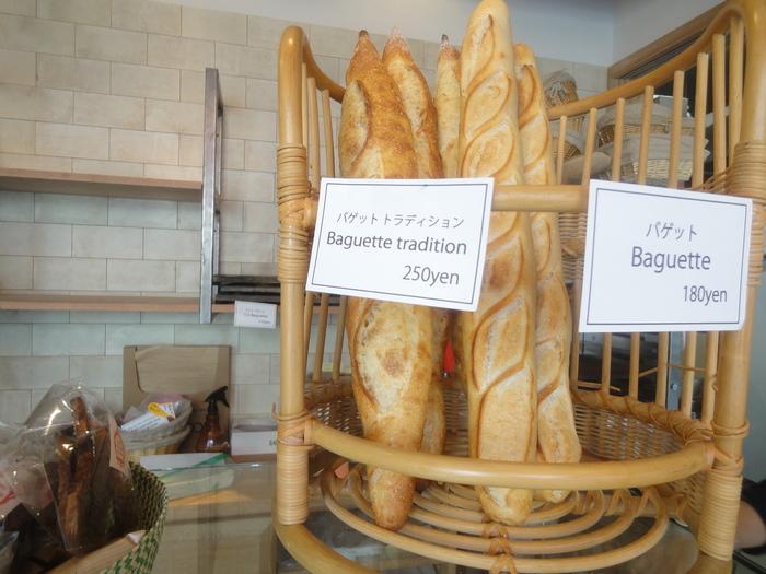 お店の看板メニューのバゲットは、「バゲット」と「バゲットトラディション」の2種類。 お値段はお手頃なのに、もちもちとした生地を噛むと小麦の味わいがお口の中に広がります。