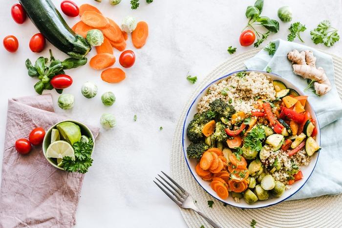 ダイエット中の味方になってくれる「サラダ」。サラダというと副菜だったりすぐお腹が空いてしまうというイメージがありますよね。でも野菜の調理法やドレッシング、お肉などもヘルシーな部位を選ぶことでボリューム満点の食べ応えがあるサラダを作ることができるんですよ。
