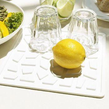 <Bew(ベウ)キッチンマット>は、柔らかいシリコン素材で、滑らないので食器を傷付ける心配が少ないところがいいですね。水切りの役目を果たす突起がついたデザインで、洗った野菜などを一時的に置いたり…なんて使い方もできます。汚れてもすぐにゴシゴシ洗えるので、お手入れ簡単です。