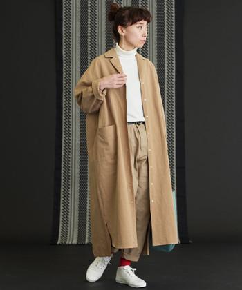 メンズサイズのようなゆったりとしたシャツワンピを前開きにしてコートのように羽織ったコーデ。すっきりとしたタートルネックがハンサムな印象を醸し出します。