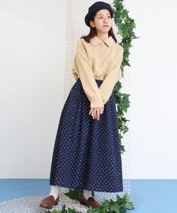 襟が丸みを帯びた愛らしいベージュシャツに、ふんわりとした水玉スカートを合わせたレトロナチュラルコーデ。ネイビーやブラウンなど深めのカラーを合わせることで、甘くなり過ぎず大人っぽくまとめています。