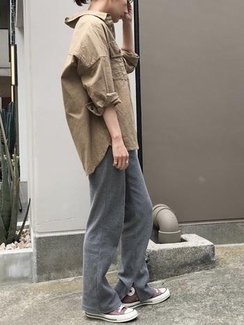 ビッグなベージュシャツと、ストレートパンツを合わせたクールなボーイッシュコーデ。きっちりと決め過ぎないくらいが、余裕のある大人の雰囲気になりますね。