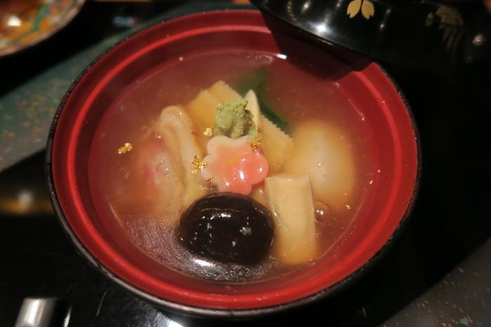 高崎屋伝統のつややかな出汁で炊き上げた郷土料理「治部煮」。鴨肉、すだれ麩、里芋、たけのこなどが入っており、上には金沢名産の金箔があしらわれています。薬味のわさびの香りがアクセントとなり絶品です。