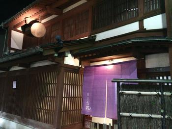 金沢駅から徒歩5分、紫の暖簾が目を引く「町家懐石 六花」はミシュラン2つ星を獲得した和食店。築100年を超える古い酒造を改装したという建物の軒先には、酒造の名残りである酒林が吊り下がっています。星付きの味をカジュアルに楽しむならランチがオススメです。