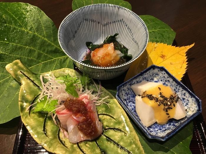 ランチは上品なコース料理。京都の有名料亭の元料理長である店主が作る料理は、見た目の美しさもさることながら、素材のうまみがいきた繊細な味わいです。金沢の高級魚「アラ」のお造りや加賀野菜の金時草の酢の物など、金沢の食材がふんだんに使われています。