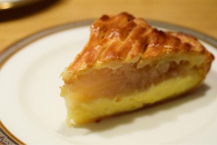 リンゴがぎっしりつまったリンゴパイは「イングランド カスタード」といいます。もし家で贅沢に食べるなら、少し温めてバニラアイスと一緒に。コーヒーとも相性バッチリです!