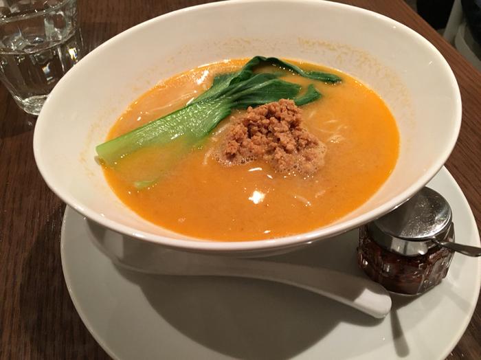 ランチは、メイン料理に前菜とスープ、ドリンクのセットが基本。メインには、大豆ミートや豆乳を使ったドリアやカレー、担々麺などがあります。こちらは、大人気の「担々麺」。動物性食材を使用していないのに、まろやかな辛さと程よいコクで、普通の担々麺よりも美味しいと感じる方もいるようです。