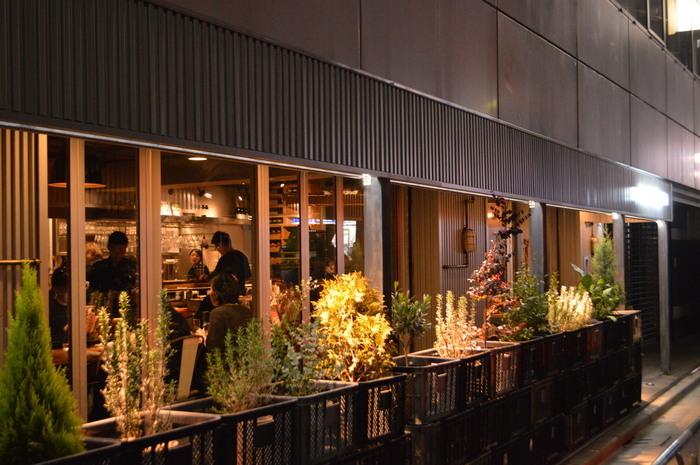 「身土不二」「一物全体」をテーマに、千葉県佐倉市の自社農場で採れた野菜を提供するイタリアンバル、<WE ARE THE FARM>。代々木上原の本店を中心に、都内に5つの店舗を構えるお店です。中でも2018年2月にリニューアルした渋谷店は、毎日ランチが楽しめることもあり、若い女性を中心に大人気です。