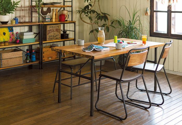 木とスチールをかけ合わせた家具を中心に配置して。ただそれだけだと、武骨感が強調されてしまいそうだけど、グリーンやレトロな雑貨がいい味を出しています。シェルフにのせる雑貨は、統一感を持たせるよりも、自分の好きなものを寄せ集めて、ディスプレイするのがおすすめ。こうした方が、時々ラインナップを変えるなど、調整が効くし、表情も動きが出て楽しいですよ。