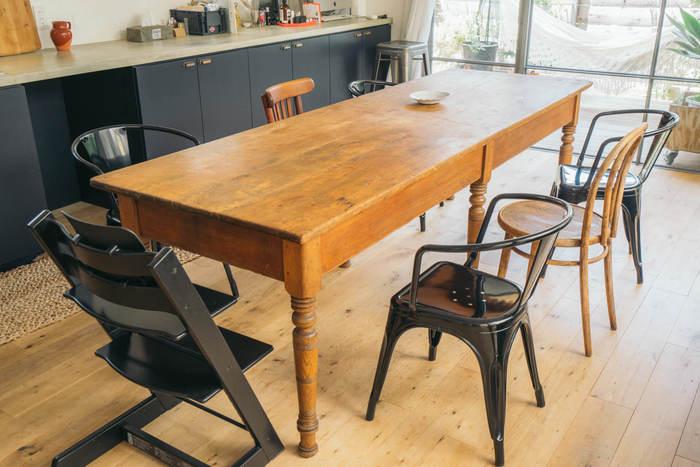 工業的なデザインのスツールとクラシカルな木のスツールを、敢えて混ぜちゃうコーディネート。どっしりとしたアンティーク風のテーブルが存在感があって、全体をいいバランスでまとめていますね。