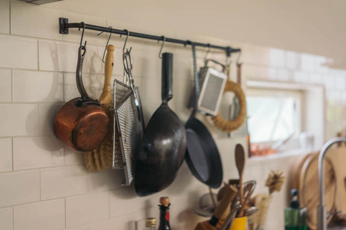 キッチンは、よく使う道具類をディスプレイのように並べるとその人のスタイルが見えてきて素敵。アイアンバーに、使い込まれた調理器具...藁の鍋敷きなど素朴なものを並べるのも、なかなかいいバランスです。