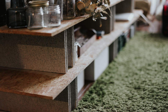 ホームセンターで売っている合板とコンクリートブロックを組み合わせて作ったローボード。DIYも手をかけすぎないことがポイント。