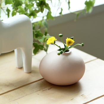 お子様とお散歩して野原や公園で見つけた小さなお花を生けるのにぴったりなのが、「Kalla(カーラ)」の花瓶です。まるで生き物のような個性的なフォルムが愛らしいですね。