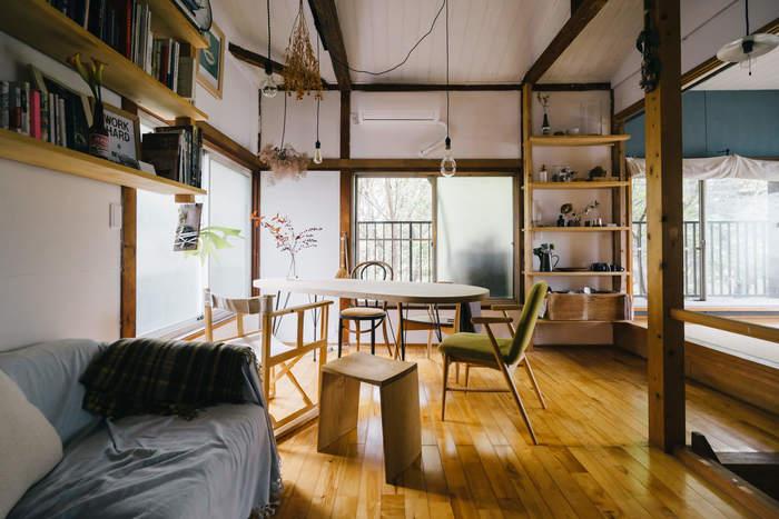 床や柱、棚や家具、スツールに至るまで、木をメインにまとめたインテリア。けれども、スチールと木の天板からなるテーブルや裸電球、高くて梁が出ている天井...広々としていて不思議なリズムがあって、何ともかっこいい。何度見渡しても、新しさを発見できそうなとても魅力的なインテリアです。