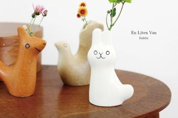 """スウェーデン語で""""小さな友達""""を表す「En Liten Van(エン リトゥン)」と名付けられたこちらの花瓶。お花を飾るのはもちろん、小さなオブジェとしても素敵です。"""