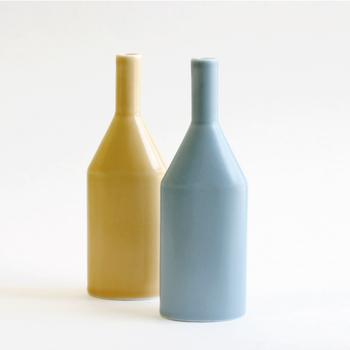 """""""練習曲""""という意味の""""etude(エチュード)""""と名付けられた「CLASKA(クラスカ)」の花瓶。その名の通り、お花を飾り慣れていない方にもおすすめな形で、贈り物にもぴったりです。"""