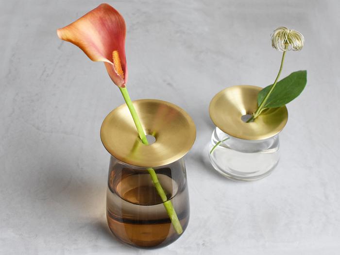 コーヒーグッズなどでも有名な「KINTO(キントー)」から発売されている花瓶は、マットなゴールドの真鍮と薄いガラスの組み合わせがとってもおしゃれ。真鍮のプレートに空いた穴がお花を支え、一輪でも安定して生けることができます。