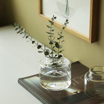 とことんシンプルで、どっしりとしたフォルムの「Vassback(バスベック)」のガラスの花瓶は可憐なお花だけでなく、グリーンにもしっくりと似合います。窓際に置けば光を通してきらきらと揺らめく陰も楽しめますよ。