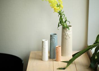 """お花が好きな方にはたまらない、2008年にデンマークで設立された磁気ブランドの「dottir (ドティエ)」が発売する""""Pipanella Flower(ピパネラ フラワー)""""。花瓶にほどこされたお花模様がたまらなく可愛く、色違いやサイズ違いも豊富なのでオリジナルの組み合わせが楽しめます。"""