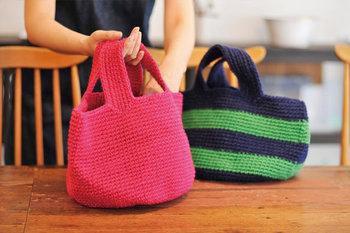 コーディネートのスパイスになるカラフルなかごバッグは、シンプルな装いが多くなるこれからの季節に大活躍してくれそう。1色のみで仕上げたり、2色使いのボーダーデザインにしたりと、使用する糸の色によって様々な雰囲気が楽しめますよ◎。
