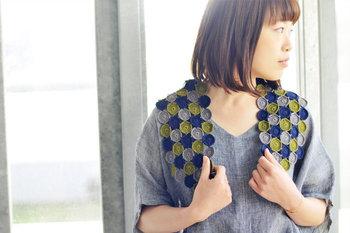 こちらはPattern Note(KN04)で紹介されている、丸モチーフのパーツを組み合わせた可愛いショール。女性らしくて上品なデザインは、ナチュラルテイストのお洋服との相性も抜群です。シンプルなワンピースにプラスするだけで、いつもとは一味違うお洒落なコーディネートが楽しめますよ◎。
