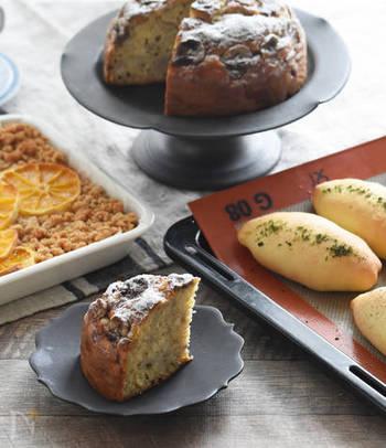 こちらもバターや生クリームを使わないので、気軽に作ることができるレシピです。材料をひとつのボウルで全て混ぜて、オーブンで焼くだけの簡単なレシピです。砂糖ではなくはちみつを使うところも体に優しいですね。お家にナッツ類やチョコレートがあれば、混ぜてアレンジしてみましょう。