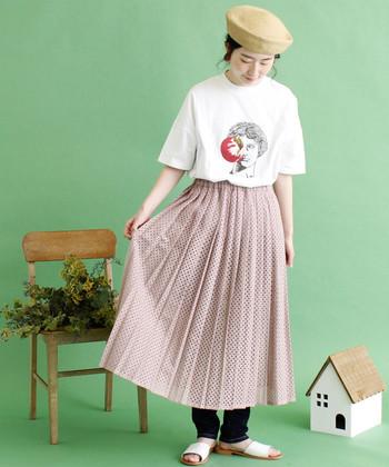 昨年から続くプリーツスカートの流行。春は薄手の素材とライトな色味で、この時期らしい軽やかさを意識して。