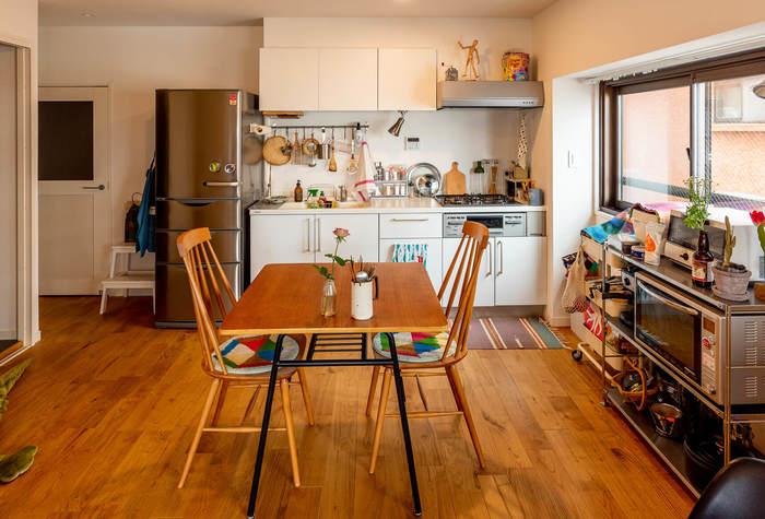 上の写真のお家のキッチンスペースはこんな感じ。食べること、料理をすることが好きなことが伝わるキッチンツールの並び方が素敵。レンジフードの上に雑貨を置くというのもなかなか楽しいアイディアですよね。