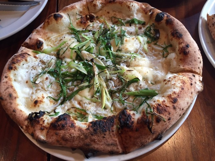 しらすを洋食で楽しむなら、本格的な窯焼きのピザはいかがでしょうか。「ガーデンハウスレストラン」では、地元の漁師直送のしらすで作る「湘南釜揚げしらすと葉葱、焦しバターのピザ」が人気です。しらすとピザの相性は想像以上で、葱の甘さとバターの香りが絶妙な味わいに。もちもちした生地は食べ応えもあるので、シェアしながら食べるのがおすすめだそうです。