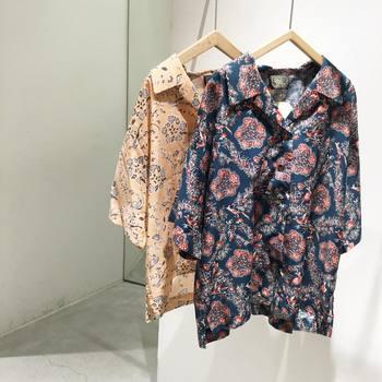 開襟のゆったりとしたシャツです。シックな色合いなので思った以上に合わせやすく、ボトム次第で色々な雰囲気を楽しめそう。ジーパンでカジュアルに、ふんわりスカートで優しげに、シーンに合わせて活躍してくれます。