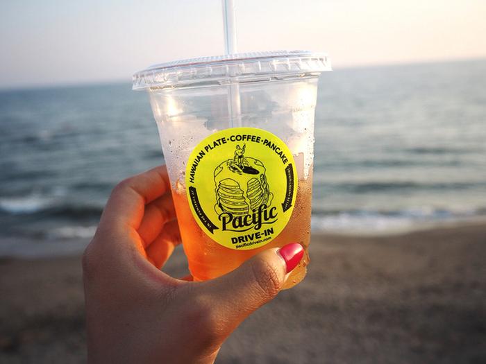 七里ヶ浜海岸の真横にあるカフェは波の音が聞こえるほど海に近いので、テラス席ももちろん、店内からもたっぷりと海を眺めることができますよ。また、サーフィンやSUPなどのマリンスポーツを楽しむ人の姿も多く、湘南のビーチカルチャーを間近に感じられます。人気のお店ですが、ランチの時間を避けてモーニングや夕方を狙うと比較的空いているそう。鎌倉ぶらり旅のスタートに、または締めくくりに立ち寄ってみてはいかがでしょうか。