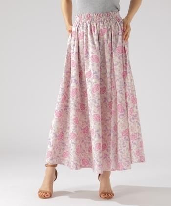 これぞ花柄!女子力高めのピンクのロングスカートです。 履くだけで自然と女性らしく、やさしい気分になれそう♪ 色のパワーも味方につけたらもう怖いものなし!