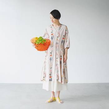花柄ワンピースの下に無地のスカートはいたアレンジでおしゃれ度が一気にアップ! 白地でも重ね着すると透け感も気にならず、こなれ感も演出できますね。